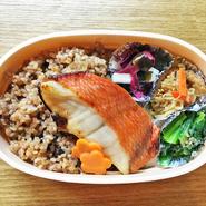 玄米と小豆と塩を一緒に炊いて3日程寝かせて発酵させたもちもち香ばしく美容と健康に良い寝かせ玄米-酵素玄米-のお弁当です。
