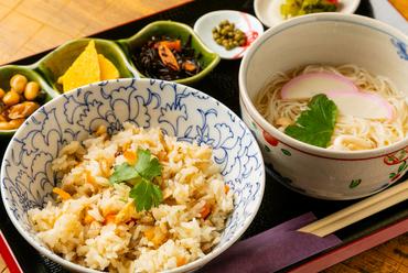 ご飯と麺、どちらも食べたい人におすすめ、鳥の炊き込みご飯がついた『うさぎセット』(温麺・小鉢付き)