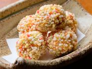 里芋のほっくりとした風味と鶏ミンチの旨みがあふれる、食感の良い『里芋コロッケ五色あられ揚げ』