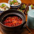 料理人自慢の名物『鰻ひつまぶし』。注文を受けてから土鍋でふっくら炊き上げるご飯の上に、焼き上げた鰻を合わせている手間暇かけた逸品です。特製タレの深み、薬味の香り、出汁をかけて…三度美味しく味わえます。