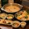 昭和モダンなカウンターで、ゆるりと美酒と鶏料理に酔いしれる