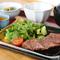 小鉢2品、こはん、味噌汁が付いた夜定食。A5・A4ランクの黒毛和牛を堪能する『和牛ロースステーキ定食』