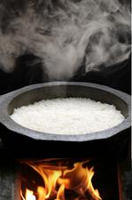 福井県産の米を使用。ふっくらと粒が立った『釜炊きご飯』
