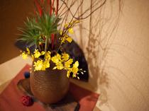 部屋の隅には、そっと飾られている花
