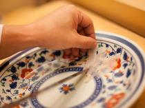 皿の装飾が透けて見える職人の技