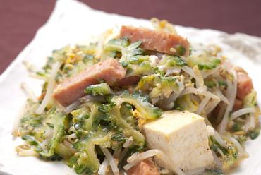 沖縄の郷土料理と言えばコレ。苦みを抑えた食べやすさの『ゴーヤーチャンプルー』