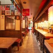 懐かしい昭和の雰囲気が漂う、レトロな空間が広がる店内