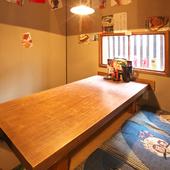 昭和グッズに囲まれたこぢんまりとした個室、デートや会食で
