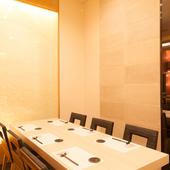 6名まで利用可能な明るく和モダンな個室は、大切な接待などに