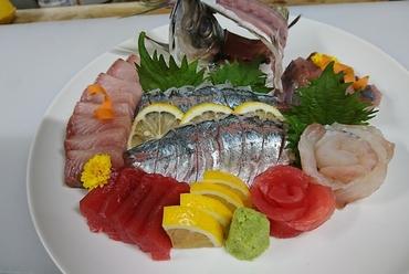日々厳選している日本各地の旬魚を堪能『お造り盛り合わせ(写真は一例です)』