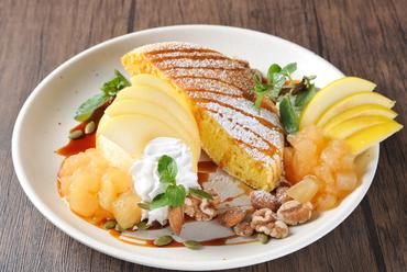 岩本りんご園から直接仕入れる『江刺リンゴとナッツのパンケーキ カラメルソースがけ』