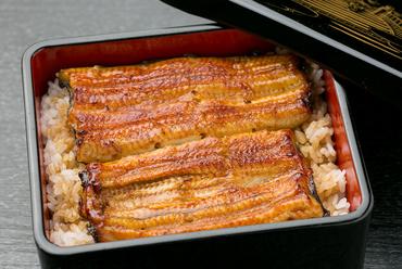 厳選した鰻にいづもや伝統のタレが纏う『うな重(松)』