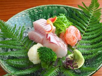 旬の食材と、心を込めたお料理で 皆様の大切なひとときを おもてなしさせていただきます。