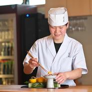 見た目からお楽しみいただけるよう飾りつけにも気を使っています。料理がお客さまのもとに届いたその瞬間からお客さまにお喜びいただければ幸いです。