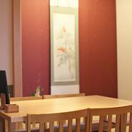 40人規模の団体のお客さまにもお使いいただけますので、企業でのご宴会などお仕事仲間とのご利用もおすすめです。接待には『鯖棒寿司』のお土産もご用意させていただきますので、ご予約時ご相談ください。