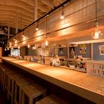 大きな屋台をテーマにデザインされた店内には屋根があり、厨房を囲むようにカウンターが設置されています。活気に満ち、一人でもふらりと立ち寄りやすい雰囲気。立ち飲み席もあるので、好みのスタイルで寛げます。