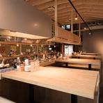 お店が丸ごと大きな屋台のようなデザインとなった、ワクワクさせてくれる非日常空間。木の温もりが心地良く、同僚や友人達と楽しくお酒を酌み交わすのにぴったりです。混むことが多いので、事前の予約がおすすめ。