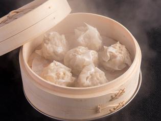 蒸籠で蒸したて、アツアツを味わえる『元祖博多 鶏焼売』