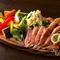 ひとつの皿でいろいろ楽しめる『肉と野菜の賑やかプレート』