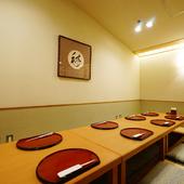 足を伸ばしてくつろげる、大人数用の個室席を用意。宴席や法要に