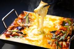 とろとろに溶けたチーズに甘辛いタレで絡めたお肉と野菜をつけた食べる韓国版チーズフォンデュのコース