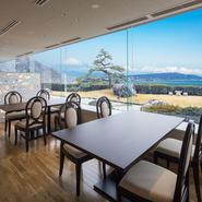 大きな窓から太陽光が降り注ぐ、明るく開放的な店内。どの席からも、ホテルの庭園とその先に広がる駿河湾が眺めながら食事ができる贅沢な空間です。肩肘張らずに過ごせる、カジュアルな雰囲気も魅力。