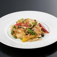 脂質の多い良質なエサで育った金目鯛は、脂乗りの良さが抜群。中国のたまり醤油を使ったソースがふっくらと蒸し上げた金目鯛の旨みを引き立てます。白髪葱の上から高温の油をかけ、葱の香りも存分に引き出した一皿。