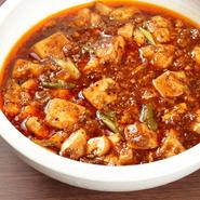 香辛料を数多くブレンドした本格派の麻婆豆腐。2種類の唐辛子を使用した自家製のラー油や山椒で香りを高めています。辛くても一度食べると人を虜にさせる逸品。辛さを抑えた麻婆豆腐も用意されています。
