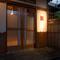 通りからは見えないビルの奥にひっそりと佇む日本家屋