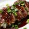 さっと焼き上げた牛肉を食べやすくカット。ガーリックソースでいただく止まらない味わい『牛肉のステーキ』