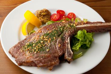 希少な国産にこだわり、特別なオーダーで買い付けている『肉罠くん特製骨付き肉』(数量限定)