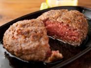タレでなく、肉のまっすぐな味を感じられる塩でいただく『黒毛和牛レア塩ハンバーグ』