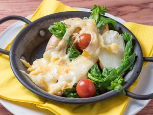 熱々のチーズと旬の美味しさ、両方の魅力を満喫できる『群馬県産野菜を添えた、ラクレットチーズ』