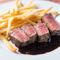 その日に入荷する赤身肉の、力強い旨みが詰まった『上州牛のステーキ』