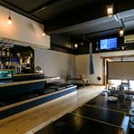 黒を基調としたオシャレな店内は、掘りごたつもあり、ゆったり食事ができる雰囲気。カクテルや、泡盛、ワインやサワーなど幅広いジャンルのお酒から選べる飲み放題付きコース料理もあり、宴会にもオススメです。