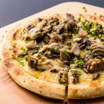 5種類のチーズをブレンドした『チーズフォンデュ』や、『炭火地鶏とキノコの和風ピザ』などお酒に合うメニューが充実。友人同士でお酒を飲みながら楽しく食事がしたい女子会にも最適です。