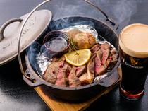 燻製された独特の苦味と甘い香りが漂う、アンガス牛の『スモークステーキ』