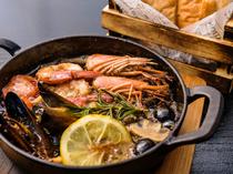 新鮮な赤エビとムール貝を、エキストラバージンオイルで熱した『赤エビとムール貝のアヒージョ』