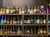 カクテルやウィスキー、ワインなど様々なお酒が多数揃う