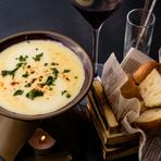 クアトロ、ゴーダ、ラクレット、パルミジャーノ、モッツアレラの5種類のチーズを、独自の配合でブレンドした『チーズフォンデュ』。プラス料金でブルーチーズもトッピングでき、様々な種類のチーズを堪能できます。
