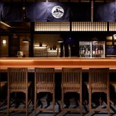 カウンター前には名酒が並ぶショーケースがあり、日本酒バーの趣