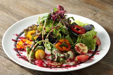 赤のヴィネグレットが美しい『有機野菜のサラダ』