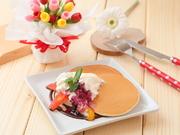 フワフワなスポンジが魅力のシフォンケーキ。ほのかに香るタマゴの風味にやさしい甘味。添えられたフルーツや生クリームとともにいただけば、また違った味わいを楽しむことも。(要予約)