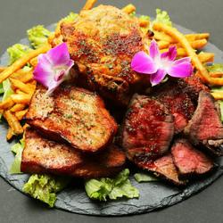 「男の肉盛り合わせ」をメインとしたボリューム満点コース 2種類のサラダからデザートまで付いた全8品