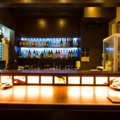 バックバーに自慢のお酒が並ぶカウンター席もご用意