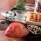 地元の市場で直接買い付ける旬の魚介類や野菜、貴重な豚肉