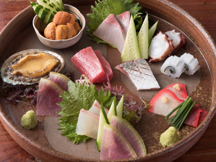 市場まで出向き直接買い付けた新鮮な魚介類を味わえる『刺盛』