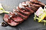 脂肪が少なくタンパク質が豊富な牛ハラミは太りづらいのが特長。そこへデトックス効果の高い炭を塗り、香ばしさを醸し出しました。トリュフを使用したソースは肉の味を存分に引き立てる上品な味わいです。