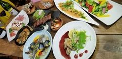 食べ応えのある料理と定番のドリンクはもちろん、オリジナルのフルーツサワーも選べて種類も豊富