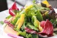 当店大人気の自家製オニオンドレッシングを使った。大人気サラダ!鎌倉野菜をガッツリ召し上がってください! どんな野菜がのるかは....お楽しみに♪わからないお野菜はお近くのスタッフまで!